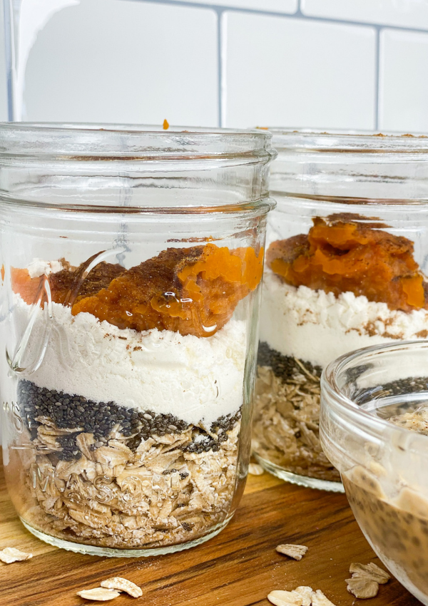 Pumpkin Overnight Oats. Easy, on the go healthy meals for a busy or working mom. Five minute breakfast ideas. Low calorie. Calorie deficit.